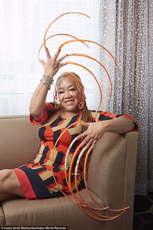 Woman spends 23 years growing the world\'s longest fingernails ...